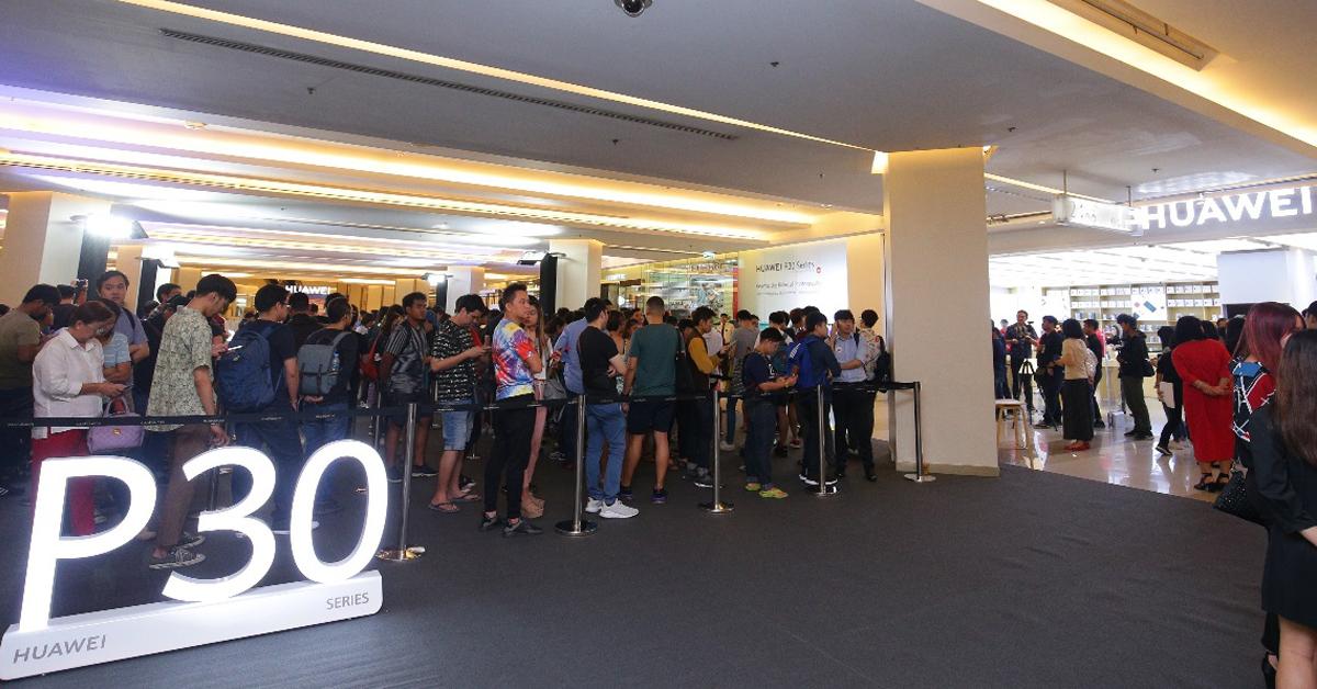 กระแสตอบรับล้นหลาม แฟนหัวเว่ยนับร้อยต่อคิวซื้อ Huawei P30 Series ตั้งแต่วันแรก